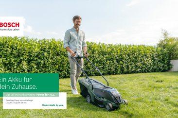 Mann mäht Rasen mit Bosch Advanced Rotak Akkurasenmäher